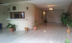 Comodo y espacioso Town House en area privilegiada de Guaynabo en la avenida San Patricio, Puerto Rico. Complejo privado de solamente 10 unidades exclusivamente residenciales. Patio comunal con área recreativa, columpios, gazebo, barbecue y piscina. Favor